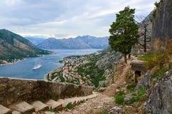 Las paredes antiguas de la fortaleza sobre la ciudad de Kotor Imágenes de archivo libres de regalías