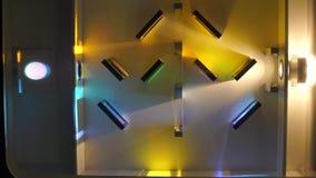 Las paredes cortas están situadas en luz amarilla y azul almacen de metraje de vídeo