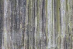 Las paredes de albañilería son sucias del fango que fluye abajo de él backgroung Fotos de archivo