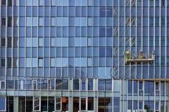 Las paredes de cristal enormes del edificio de oficinas moderno reparado y imagen de archivo