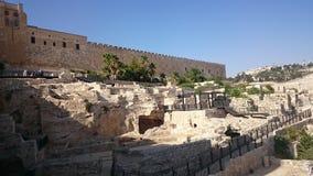 Las paredes de la ciudad eterna de Jerusalén, fuera de la visión, día claro, cielo azul fotografía de archivo