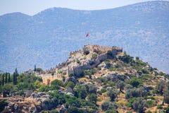 Las paredes de la fortaleza turca medieval antigua con la bandera turca imagenes de archivo