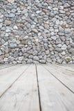 Las paredes de la roca y el piso de madera Imágenes de archivo libres de regalías
