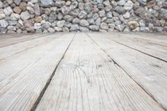 Las paredes de la roca y el piso de madera Imagen de archivo libre de regalías