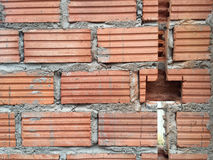 las paredes de ladrillo se agrietaron antes de casa del installationat de los zócalos eléctricos Fotos de archivo