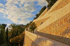 Las paredes de piedra y los árboles a lo largo de una trayectoria a Gibralfaro se escudan, Málaga Fotografía de archivo