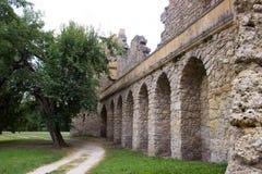 Las paredes del castillo viejo con los árboles Foto de archivo