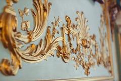 Las paredes esmeralda se adornan con los elementos decorativos del estuco del oro Fotos de archivo libres de regalías