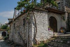 Las paredes, la casa y el camino de piedra en la ciudad blanca histórica debajo de la fortaleza fotografía de archivo