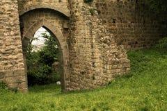 Las paredes medievales del castillo antiguo Imágenes de archivo libres de regalías