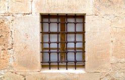 Las paredes viejas de la piedra arenisca con la ventana y la rejilla Imagen de archivo