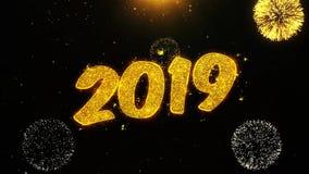 Las partículas de las chispas del texto de la Feliz Año Nuevo 2019 revelan de la exhibición de oro del fuego artificial