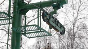 Las partes de fricción levantan, torciendo elevaciones del mecanismo alrededor levante para los esquiadores y los snowboarders Az almacen de video