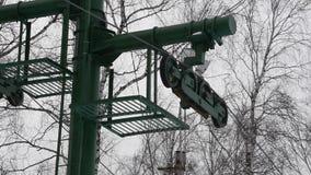 Las partes de fricción levantan, torciendo elevaciones del mecanismo alrededor levante para los esquiadores y los snowboarders Az almacen de metraje de vídeo