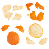 Las partes de la mandarina pelan aislado en el fondo blanco Fotos de archivo libres de regalías