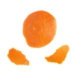 Las partes de la mandarina pelan aislado en el fondo blanco Foto de archivo libre de regalías