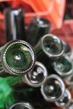 Las partes inferiores verdes de las botellas se cierran para arriba, las botellas de vino macras Imagen de archivo libre de regalías
