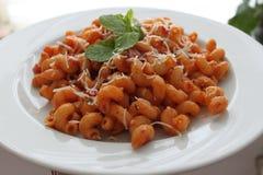Las pastas, Cellentani, comen, culinario, Italia, tallarines, yummi, perfecto, tomate, menta, decoración foto de archivo