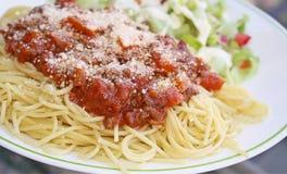 Las pastas cocinadas de los espaguetis remataron con una salsa hecha en casa deliciosa de la carne y rallaron recientemente el qu Fotografía de archivo libre de regalías