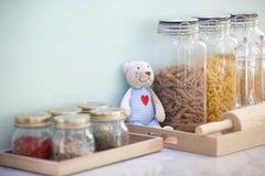 Las pastas en tarros con el oso Imagen de archivo
