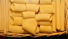 Las pastas frescas italianas frescas para la venta en la tienda de delicatessen hacen compras Foto de archivo