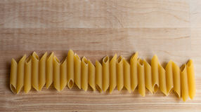 Las pastas italianas crudas en cerca horizontal de la forma tienen gusto Luz natural Imágenes de archivo libres de regalías