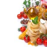 Las pastas italianas jerarquizan, las verduras, especias, aceite de oliva, aislado Imagenes de archivo