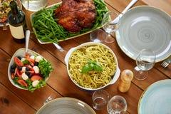 Las pastas, la ensalada vegetal y la otra comida en la tabla Fotografía de archivo libre de regalías