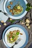 Las pastas verdes de la espinaca con las verduras proliferan rápidamente los huevos del tost y de codornices del trigo fotografía de archivo libre de regalías