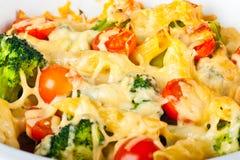 Las pastas y el bróculi cuecen al horno Imagenes de archivo
