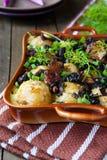 Las patatas con las setas y el queso cocinaron en el horno Foto de archivo libre de regalías