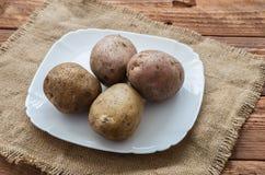 Las patatas crudas Imágenes de archivo libres de regalías