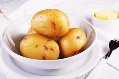 Las patatas de chaqueta hervidas sirvieron en un primer blanco del cuenco Fotos de archivo libres de regalías