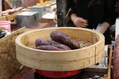 Las patatas dulces que fluyen en la patata hacen compras, se centran en las patatas Imagen de archivo libre de regalías