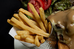 Las patatas fríen, barbacoa del pollo combinada con las verduras en un fondo sólido imagen de archivo libre de regalías