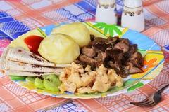Las patatas hervidas con el pollo cortan pedazos y setas fritas Imágenes de archivo libres de regalías