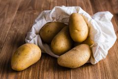 Las patatas se vierten del bolso Imágenes de archivo libres de regalías