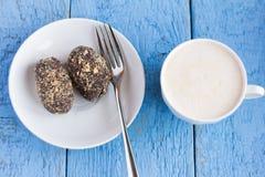Las patatas y el caf? de las tortas hechas en casa deliciosas con crema en un fondo azul imagen de archivo