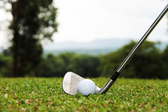 Las pelotas de golf y los clubs de golf están en el campo de golf Imagenes de archivo