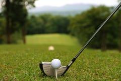 Las pelotas de golf y los clubs de golf están en el campo de golf Fotos de archivo