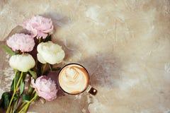 Las peonías rosadas frescas florecen en fondo de madera envejecido Endecha plana Visión superior con el espacio de la copia Foco  foto de archivo libre de regalías