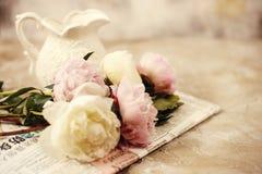 Las peonías rosadas frescas florecen en fondo de madera envejecido Foco selectivo Imagen entonada fotografía de archivo libre de regalías