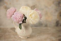 Las peonías rosadas frescas florecen en fondo de madera envejecido Vista delantera con el espacio de la copia el vintage entonó i foto de archivo libre de regalías