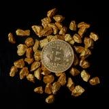 Las pepitas de oro y el oro Bitcoin acuñan en fondo negro Cryptocurrency de Bitcoin Imagenes de archivo
