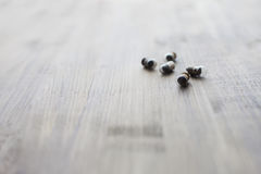 Las pequeñas bombillas en la cantidad de 5 pedazos en fondo de madera Foto de archivo