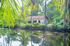Las pequeñas cabañas en el canal del ` s de Hamilton, Sri Lanka Imágenes de archivo libres de regalías