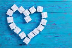 Las pequeñas cajas de regalo atadas con los arcos en un corazón forman Imágenes de archivo libres de regalías