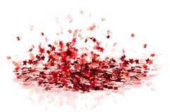 Las pequeñas estrellas brillantes rojas dispersadas del confeti vuelan Imágenes de archivo libres de regalías