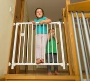 Las pequeñas hermanas acercan a la puerta de la escalera Fotografía de archivo