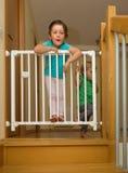 Las pequeñas hermanas acercan a la puerta de la escalera Imagen de archivo